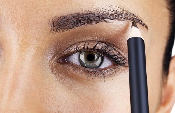 Чем красить брови каждый день — карандаш или тени?